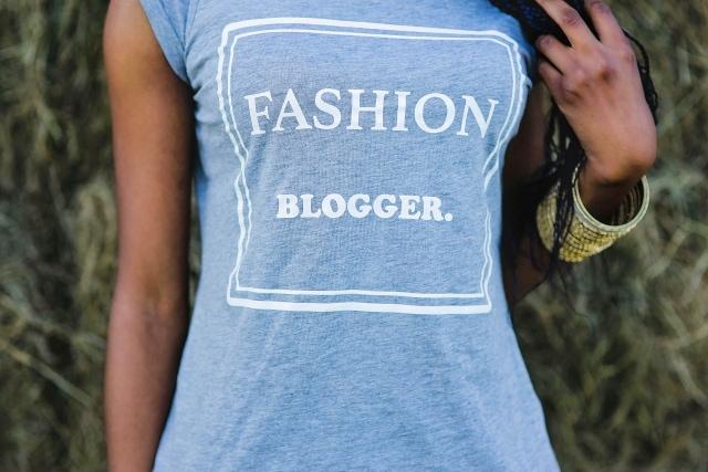 Alaska Fashion Blogger | Wearing a chic grey fashion blogger shirt, black summer shorts and stiletto heels for a stylish summer look.