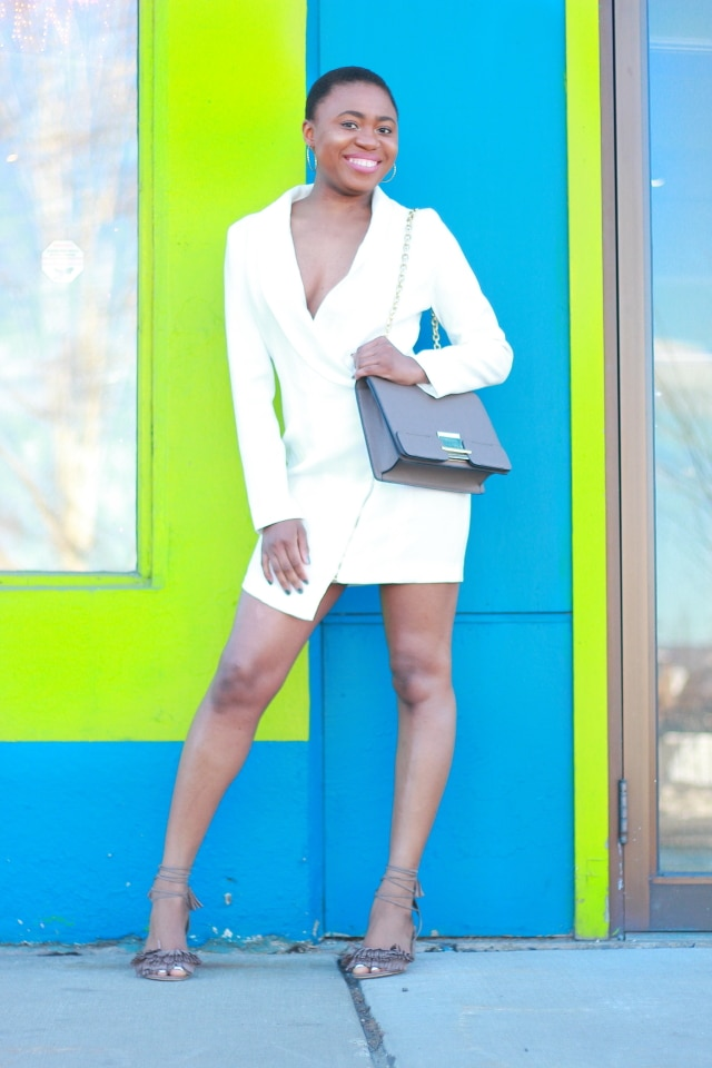 Can't seem to get over how well she styled this menswear-inspired blazer dress. The chunky fringe heels adds a unique twist to this super sexy look. The structured collar and asymmetric cut makes her look super stylish! Tuxedo dress | Summer fashion | Mini dress | Taupe heels | Fringe tassel sandals