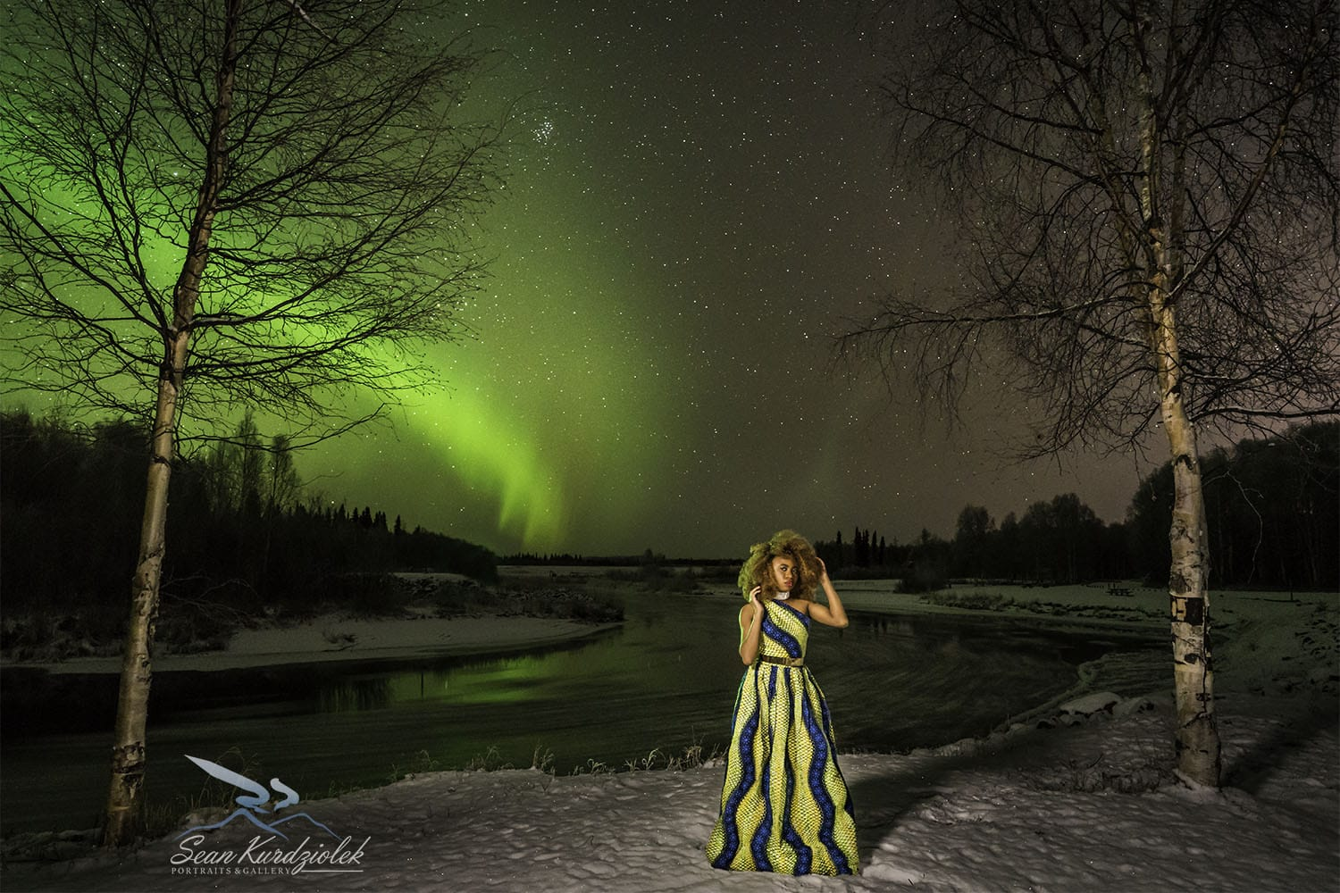 A mesmerizing aurora borealis photo. This shot looks surreal with the Northern Lights in its full glory. Love how Louisa, a fashion blogger wore a piece of Africa by rocking a gorgeous ankara maxi dress in the middle of Alaska! Winter fashion, dutch wax, kente, kitenge, dashiki, African styles, African prints, Nigerian style, Ghana fashion #ankara #africanprint