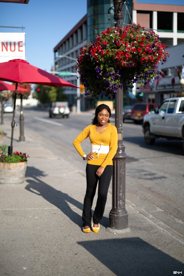Finally a simple and practical way to style a bright color sweater. Love how she styled this mustard yellow sweater outfit with a complementary cream color obi belt. The two-tone ballet flats ties the entire look together! This fall look is all about yellow sweaters, yoga pants, pullover sweaters, Alaska blogger, New Jersey fashion blogger, and cozy outfits.