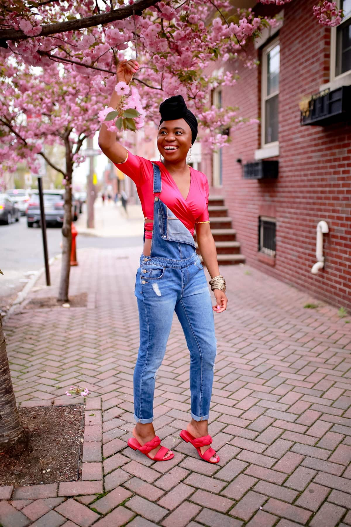 Cold shoulder outfits might be going out of style but denim overalls are a hit each and every summer. Before you throw in the towel, keep reading to find out how you can get your groove back on with a few fresh ways to style denim overalls. #summeroutfits #trendyoutfits