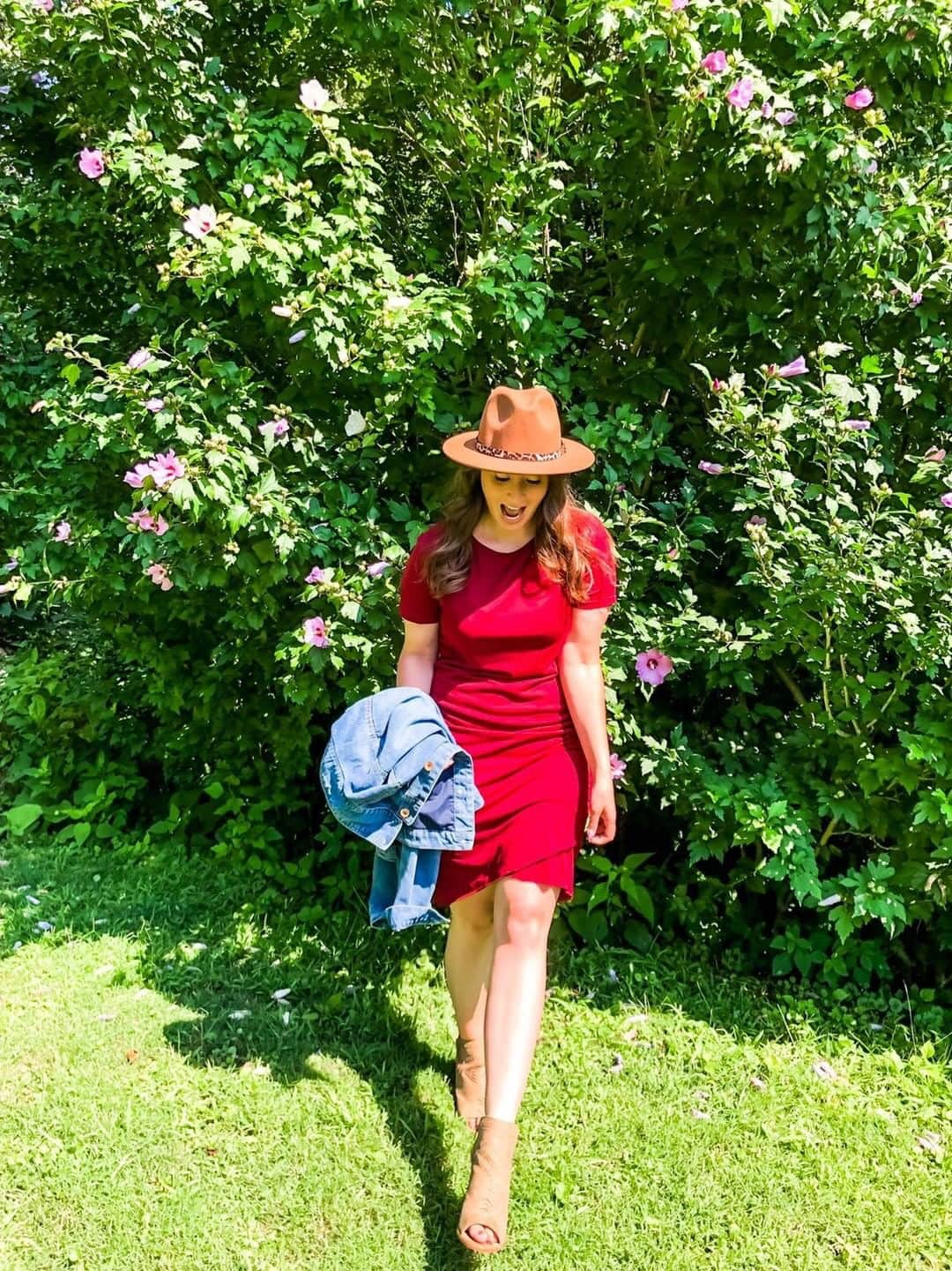The viral BTFBM dress as seen on style blogger @tay.andco! Love her pairing of this Amazon t-shirt dress with fedora hat and stylish booties. Do we like?